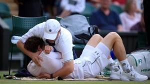 Le tennisman Andy Murray souffrant de l'épaule se fait ajuster en plein match., et gagne.